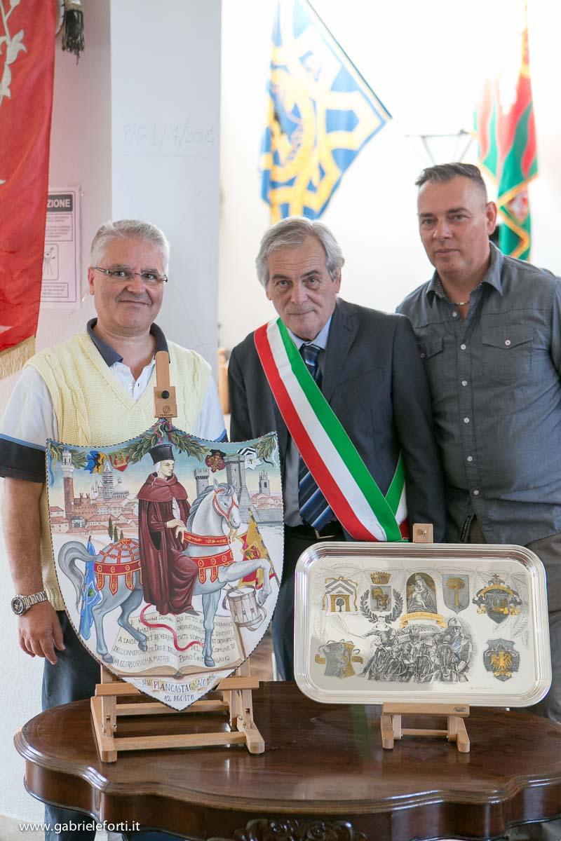 """Presentazione Palio di Piancastagnaio 2016 - scudo di """"Asta e Bacchetta"""" e il """"Cupello"""""""